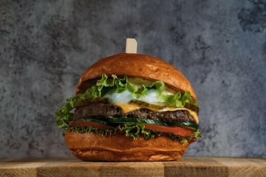 Бургер с котлетой из фермерской говядины и яйцом пашот