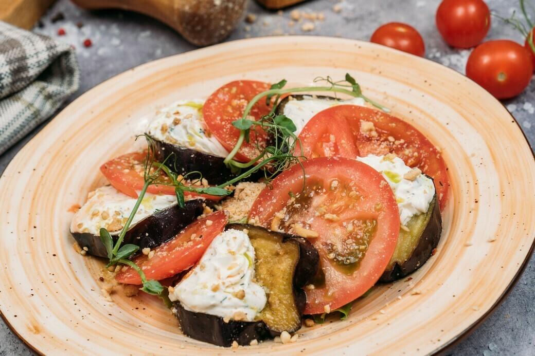 Закуска из баклажанов, сливочного сыра и томатов