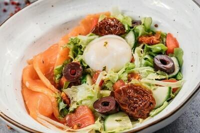 Салат с сёмгой и яйцом пашо