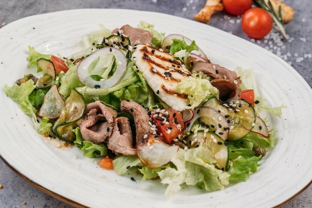 Салат с ростбифом и жареным сыром