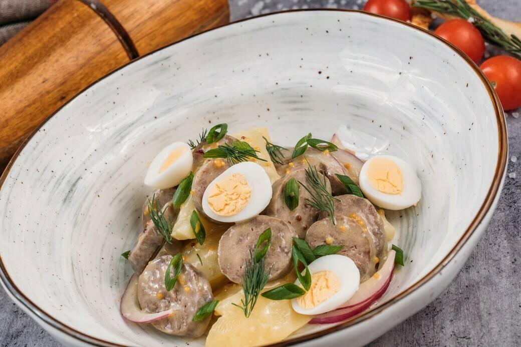 Картофельный салат с колбасками гриль