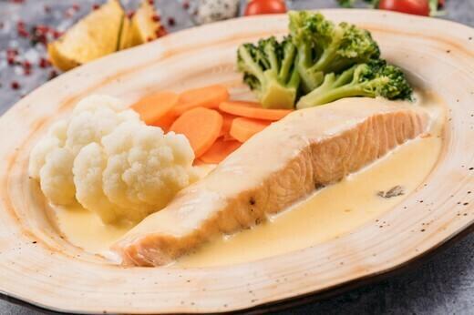 Семга на пару с овощами под соусом Чеддер