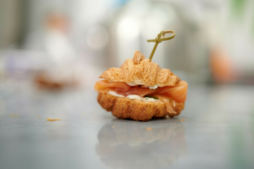 Мини-круассан с семгой, соусом Прага на основе творожного сыра и свежим огурчиком