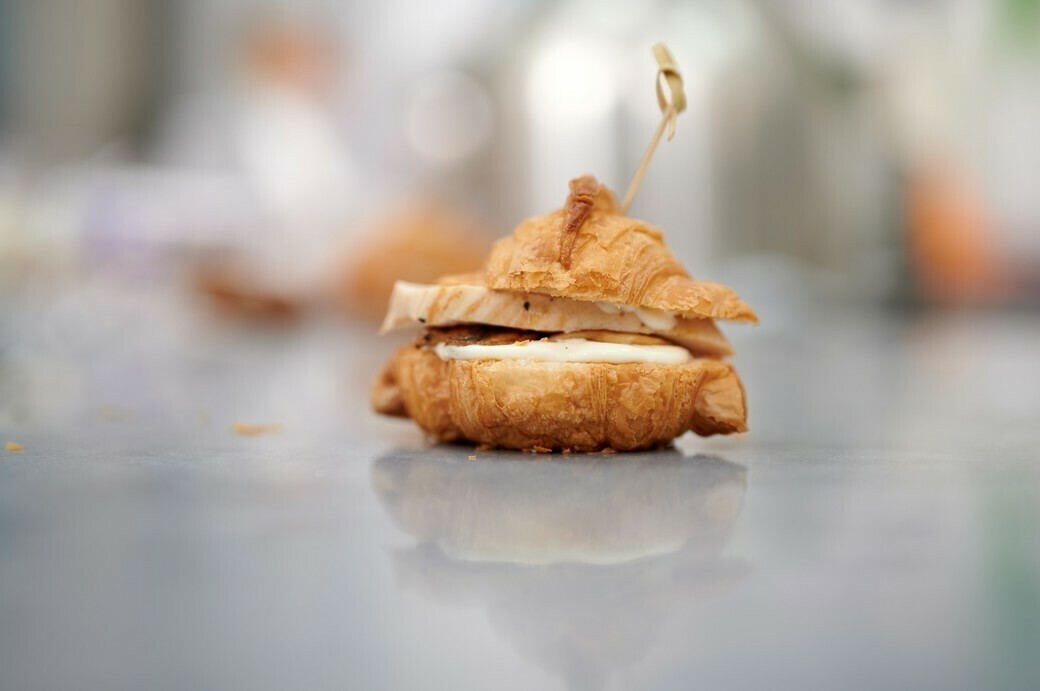 Мини-круассан с курицей, грибами и сырным соусом
