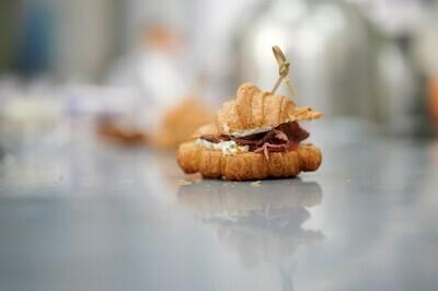 Мини-круассаны с ростбифом и соусом Тартар 10 шт