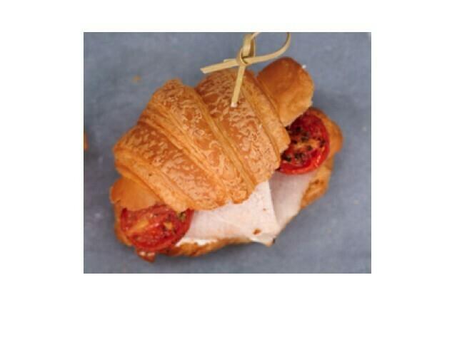 Мини-круассан с карбонадом, вяленым томатом и сырным соусом