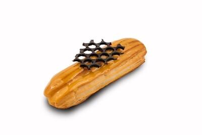 Эклер с карамельным кремом и покрытием из медового гляссажа
