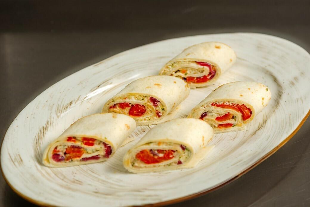 Рулетики из тортильи с маринованным перцем, маринованным луком и муссом ДорБлю