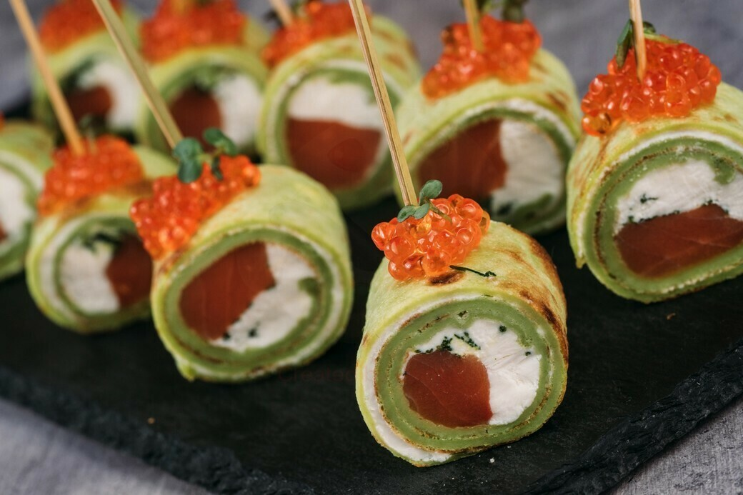 Рулетики из шпинатного блинчика с семгой, красной икрой и сливочным сыром