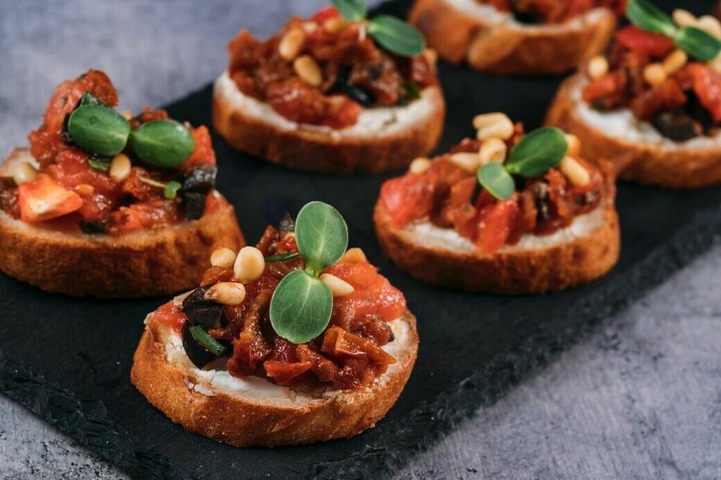 Брускетты с тартаром из свежих и вяленых томатов 10 шт