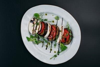 Капрезе с моцареллой, баклажанами гриль и свежими томатами