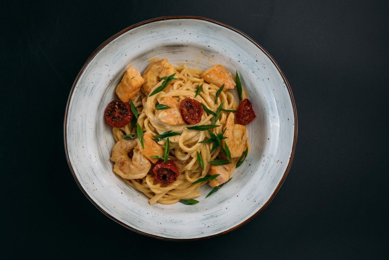 Паста с морепродуктами в сливочном соусе на основе тигровых креветок