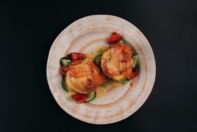 Яйца Бенедикт с лососем слабой соли и огурцом