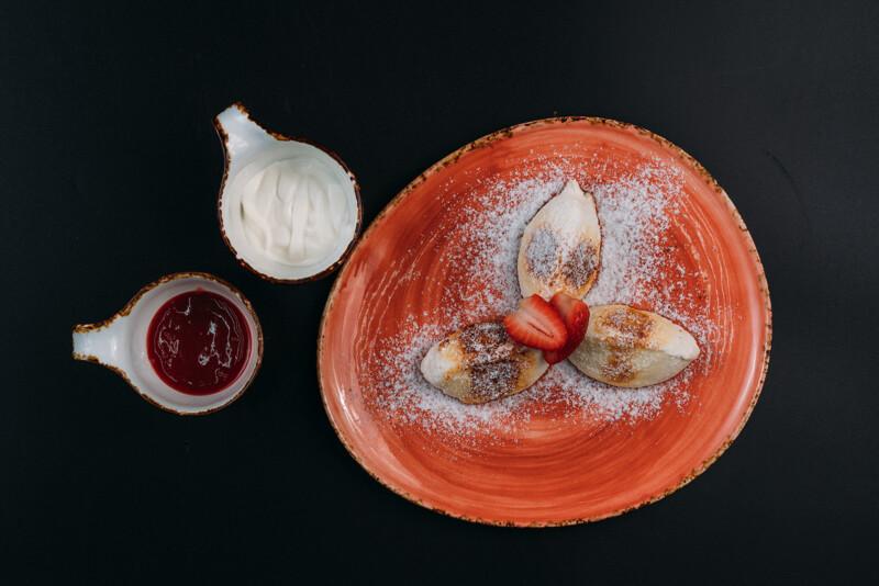 Сырники со сметаной и клубничным вареньем