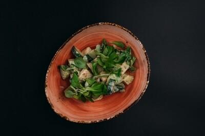 Зеленый салат с грушей и авокадо в ореховой заправке