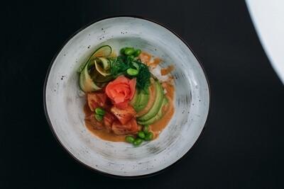 Поке с лососем, свежим огурцом и зелеными бобами