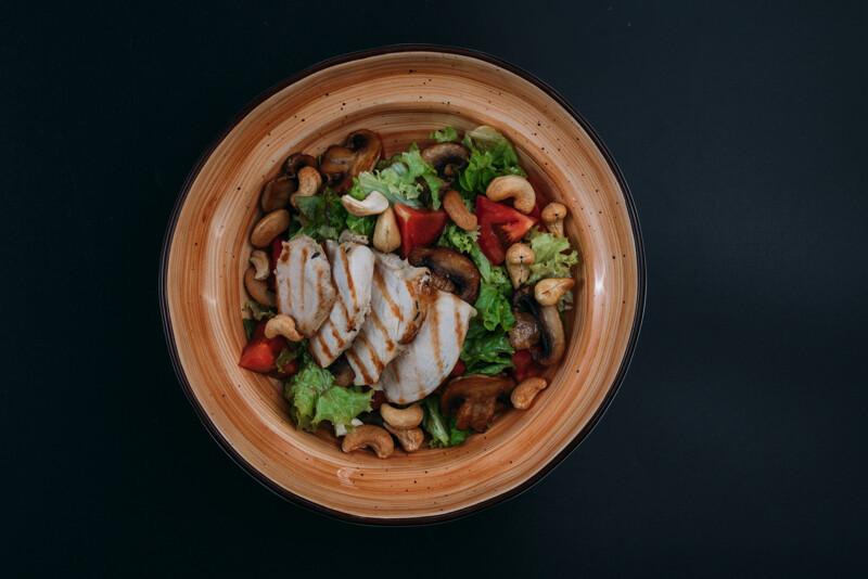 Салат с томлёным цыпленком и грибами