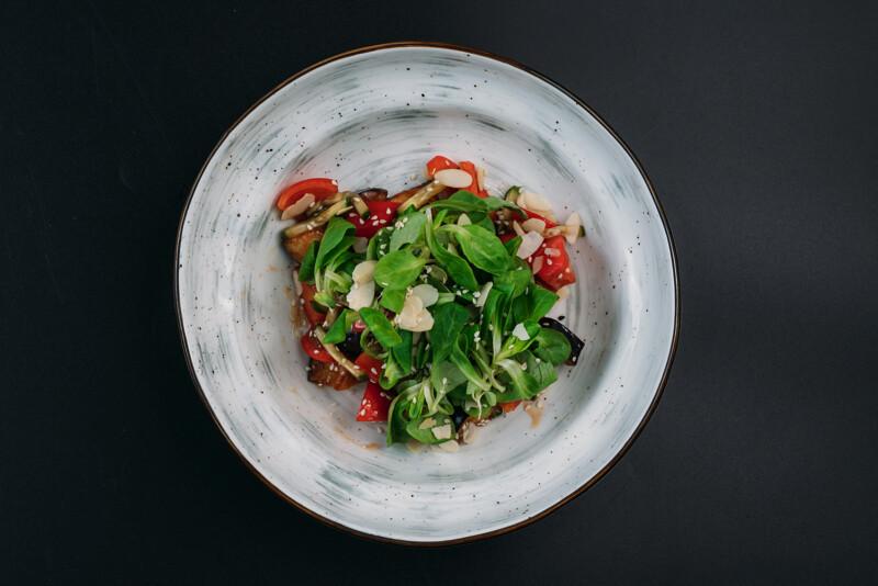 Салат с баклажанами и томатами в азиатском соусе