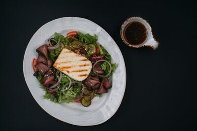 Салат с ростбифом, битыми огурцами и жареным сыром