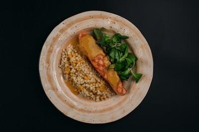 Филе семги с пастой Птитим, зеленым салатом и соусом из тигровых креветок
