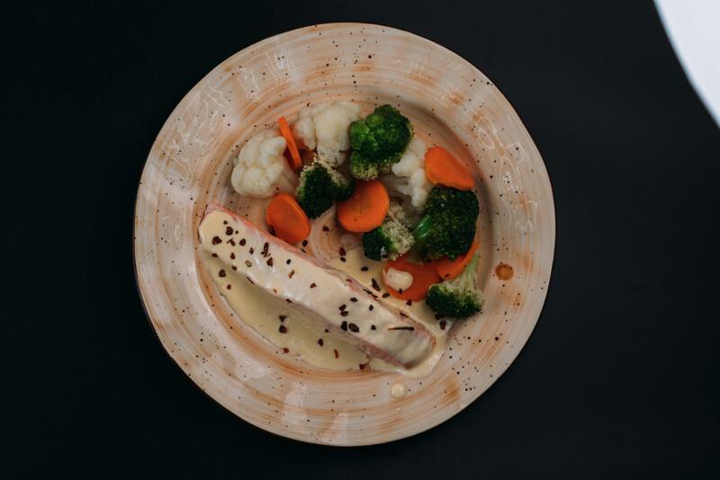 Семга на пару с овощами под сливочном соусом