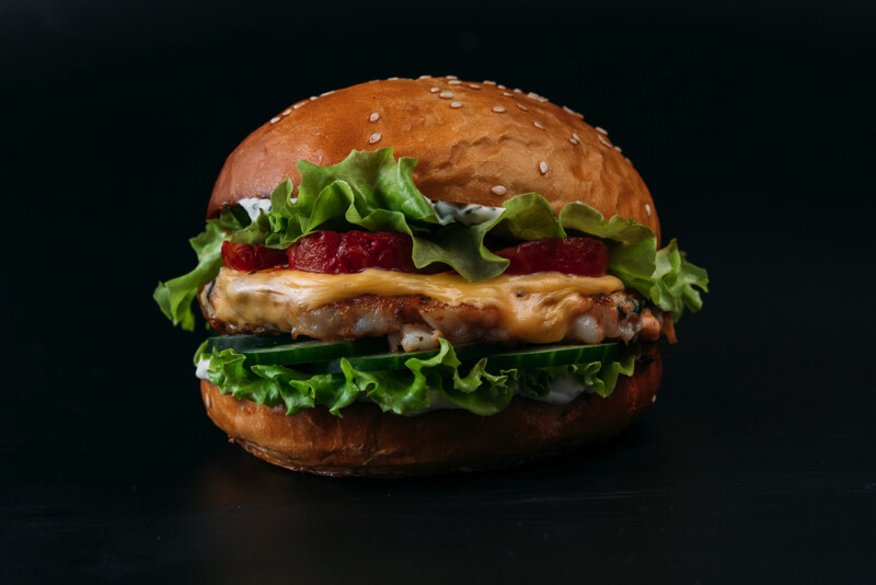 Бургер с котлетой из сёмги, креветок и судака