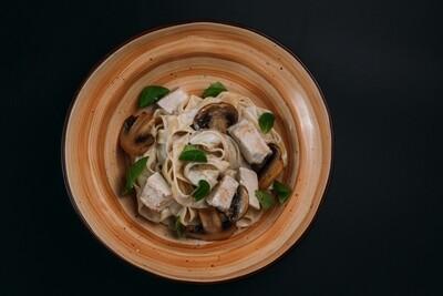 Фетучини с томленым цыпленком и грибами в сливочном соусе