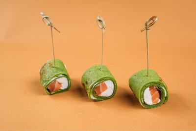 Рулетики из шпинатного блинчика с семгой и сливочным сыром 10 шт