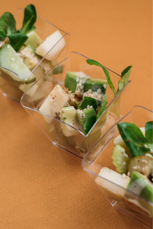 Салат с грушей и авокадо в ореховом соусе 10шт