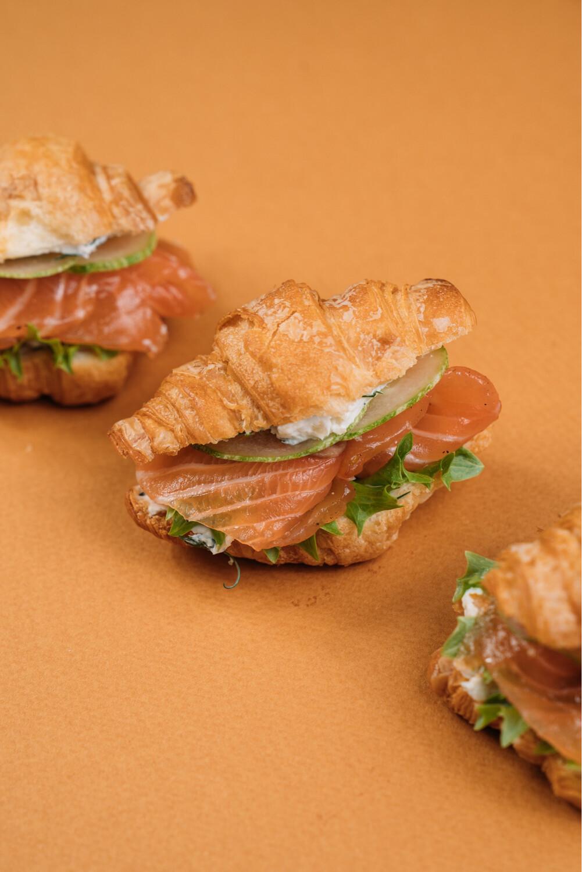 Мини-круассаны с сёмгой и сливочным сыром 10 шт