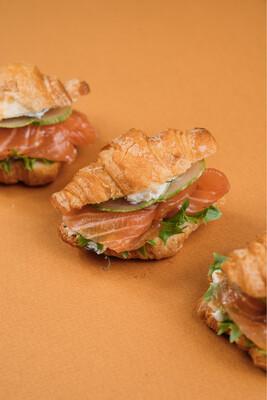 Мини-круассаны с семгой, соусом Прага на основе творожного сыра и свежим огурчиком 10 шт