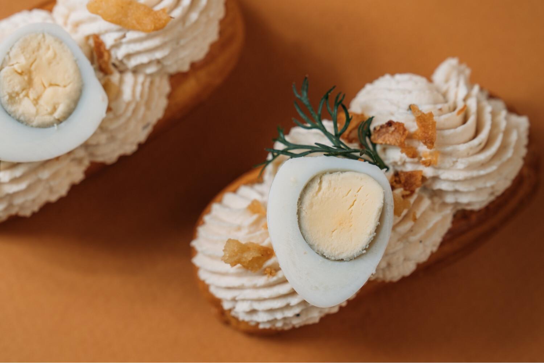 Мини-эклеры с паштетом из печени трески и перепелиными яйцами 10 шт