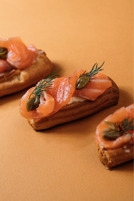 Мини-эклеры с лососем и сливочным сыром 10 шт