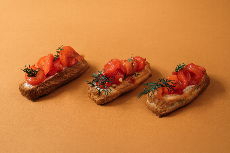 Мини-эклеры с муссом ДорБлю, маринованным луком и запеченным перцем 10 шт