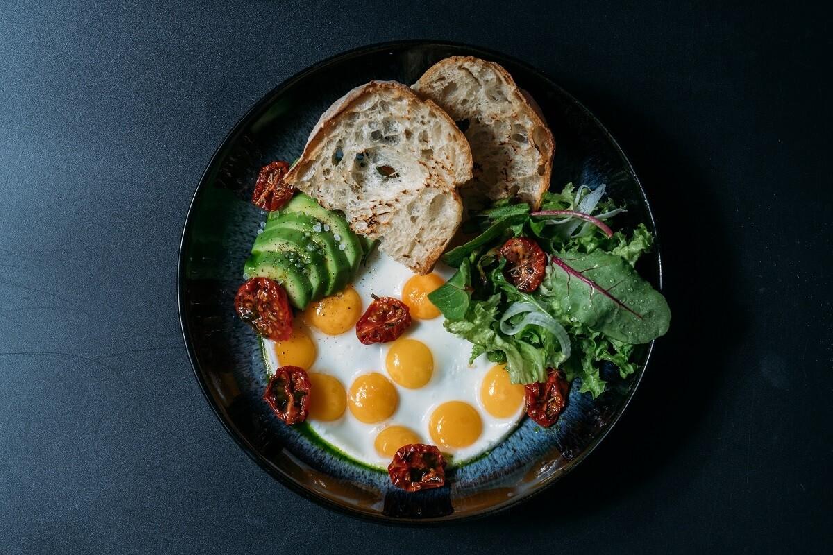 Дюжина перепелиных яиц с авокадо ,вялеными  томатами черри и чиабатой