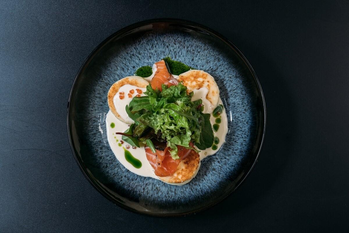 Не сладкие сырники со слабосоленым лососем, зеленью и сливочно-сырным соусом с красной икрой