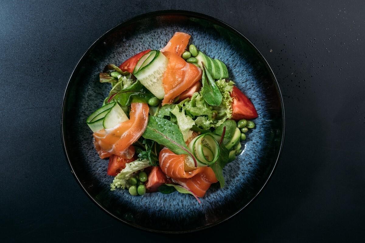 Салат с лососем , миксом зелени и бобами эдамаме в азитском соусе