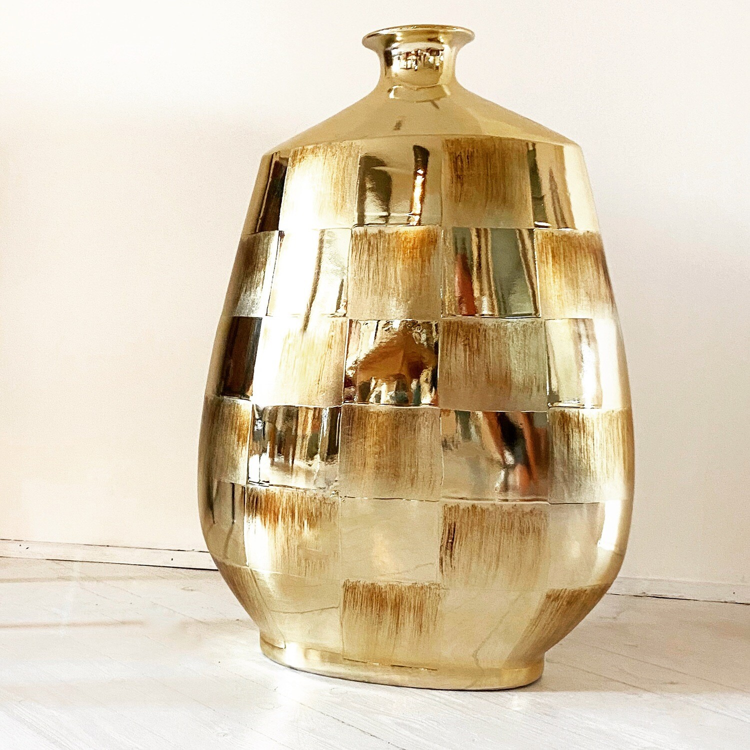 Bottle-shaped glass vase with gold casing