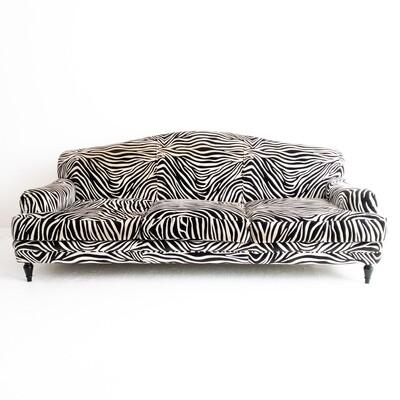 Divano Roma di Domusnova in velluto zebrato completo di cuscini