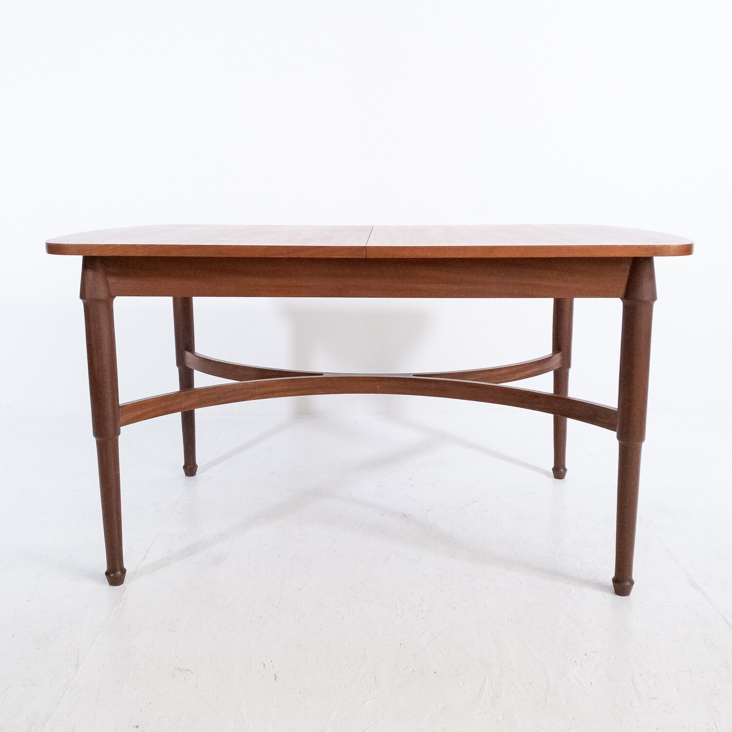 Extendable oval table in teak