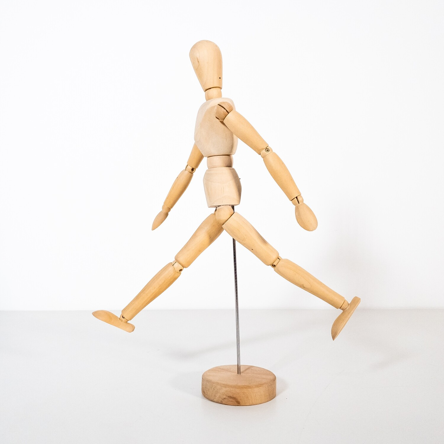 Articulated wooden drawing mannequin