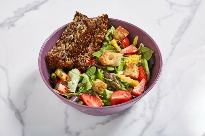 Spargel-Erdbeer Salat mit Nussbrot und Erbsen-Minze Guacamole