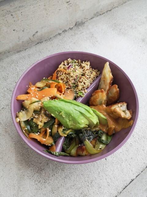 Asian-Bowl mit Dumplings und knackigem Pak-Choi