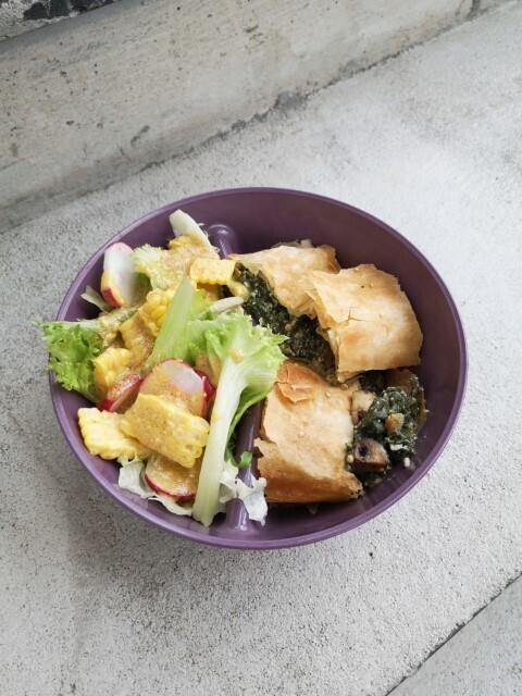 Gemüsegarten-Strudel mit körnigem Sommersalat