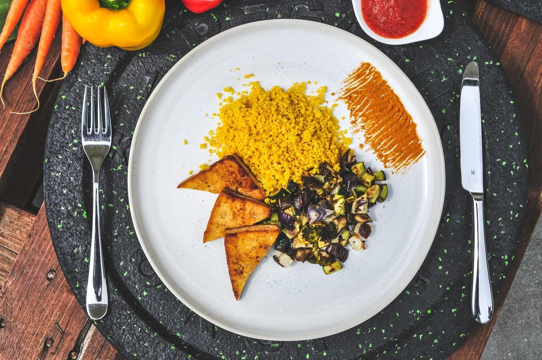 Marinierter Tofu mit Kurkumacouscous & Ofengemüse (Vegan)