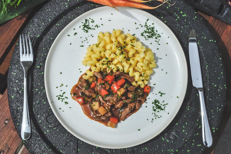 Rindsgeschnetzeltes mit Schmorgemüse und glutenfreien Fusilli