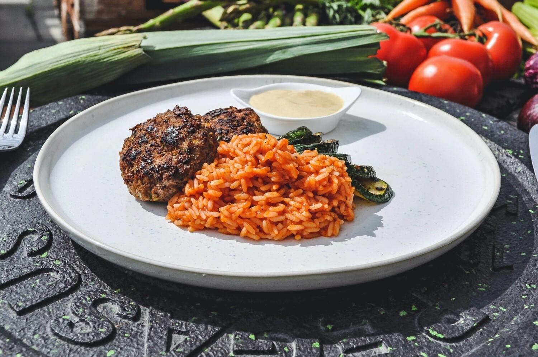 Rindshacktätschli mit gebratenen Zuchetti & Tomatenreis