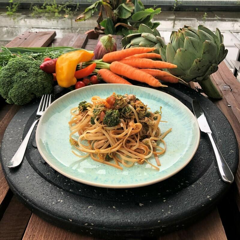 Poulet mit Gemüse und Reisnudeln an einer Sojasauce