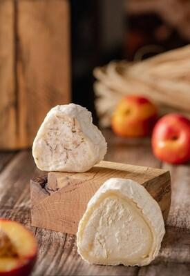 """Сыр с белой плесенью и цветками василька в корке """"ТЕОДОРО""""  из овечьего молока."""
