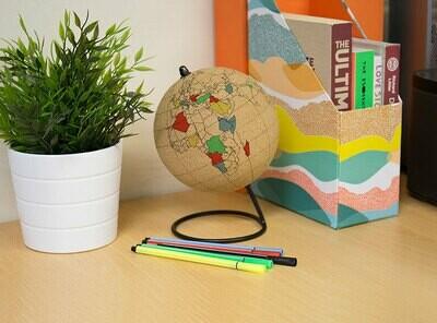 Globe terrestre en liège avec stylo et punaises
